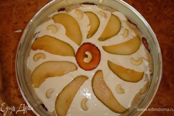 На поверхности красиво раскладываем отложенные пластинки фруктов, я еще украсила целыми орешками кешью.
