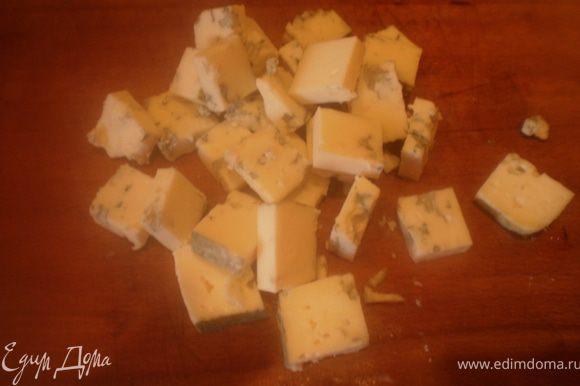 Сыр порезать кубиками.