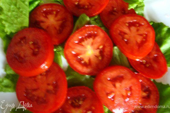 Оформляем салат: Рвем листья, помидоры режем кружочками.