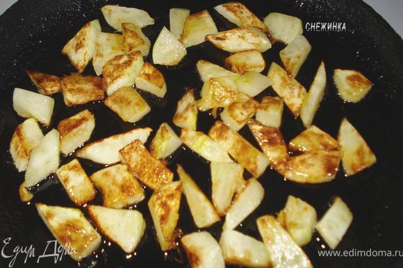 Обжарить кабачки в небольшом количестве растительного масла.