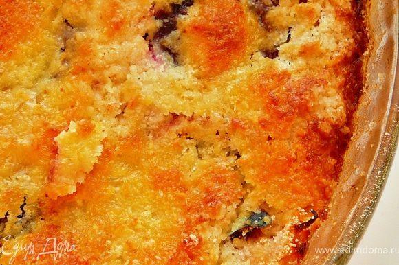 Поставить в предварительно разогретую до 180гр.духовку,на 40-45 минут.Достать и дождаться полного охлаждения пирога.