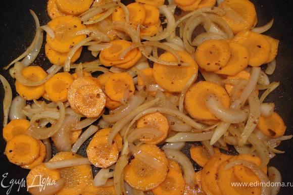 На оставшемся масле обжарить лук и морковь. Переложить в кастрюльку к кролику, добавить обжаренные грибы (у меня были заготовлены заранее) дать закипеть, сделать тихий огонь и тушить 40-60 минут.