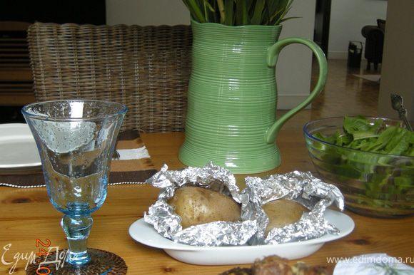 Подавать тефтели с соусом дзадзики.Можно также подать запеченную в фольге картошку и зеленый салат!
