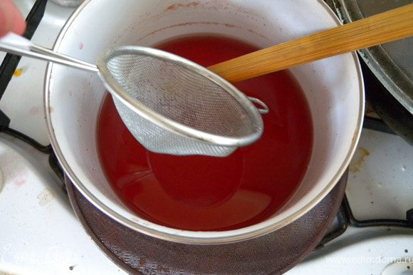 Добавить стакан холодной воды. Не перемешивать. Процедить через сито. Ягодки не должны раздавиться и мякоть не должна попасть в сиром.