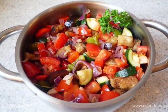 Затем положить томаты и дать закипеть. Приправить солью, перцем и прованскими травами.
