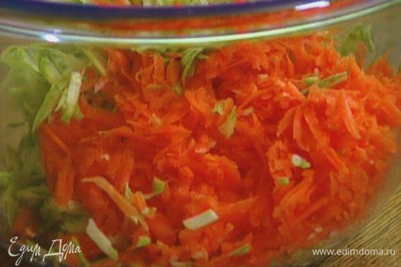 Цукини и морковь натереть на крупной терке.