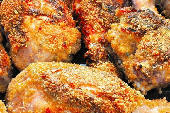 Теперь перекладываем обжаренного цыпленка на противень и отправляем в разогретую духовку 200г., включаем гриль и через 10-15 минут он готов к подаче.