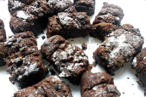 """Сформировать конфеты: сначала слепить колбаски, затем нарезать их на несколько частей. Обвалять в тертом шоколаде, тупой стороной ножа сделать """"надрезы"""". При желании присыпать сахарной пудрой. П.С. Конфеты, конечно же, на любителя, специфические, хотя я и не могу не назвать тандем хлеба и шоколада интересным. Я даже вряд ли их смогу оценить по своей шкале душевности. Так же мне кажется, что алкоголь (настойка) существенно оживит конфеты! В общем, кому-то рецепт может пригодится:)"""