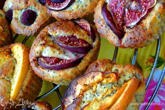 Поставить в духовку и выпекать 30-35 минут.Готовность проверять деревянной шпажкой.Достать,дать остыть.Текстура у них чуть влажная,хрустящий мак и кусочки фруктов,укусна:)))