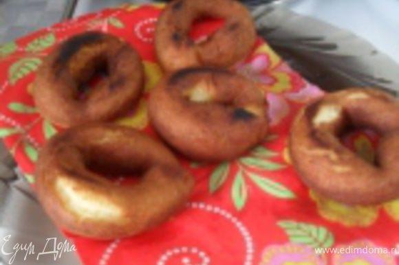 ...достаем пончики из фритюра, кладем на бумажное полотенце, чтобы впиталось масло...