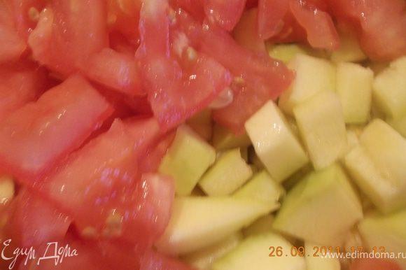 укладываем в кастрюлю ( у меня чугунный горшок) индейку, кабачок, порезанный кубиками, помидоры, тоже режем кубиками, накрываем крышкой и тушим до готовности на маленьком огне. Приятного аппетита!