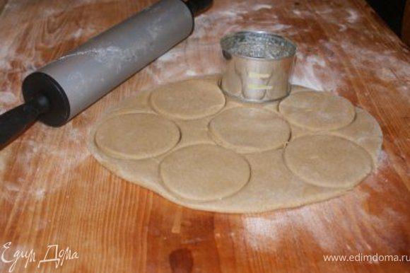 Вытащив тесто из холодильника помесить еще несколько минут. Раскатать пласт толщиной около сантиметра и вырезать печеньки любой формы ( традиционно это маленькие, круглые кружочки). На противень желательно выложить фольгу, посыпать мукой и выложить ( не очень плотно) печенье. Выпекать до готовности