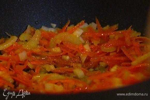 Разогреть в тяжелой глубокой сковороде 2 ст. ложки оливкового масла, выложить морковь, сельдерей, лук и чеснок, немного посолить и обжаривать, пока лук и сельдерей не станут прозрачными.