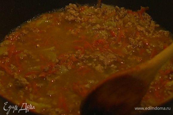 Обжаренный фарш посолить, влить вино и тушить, не накрывая крышкой, 12−15 минут, пока вино не выпарится, а соус не загустеет.