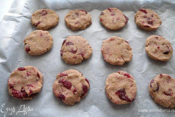 Сформировать печенье около 6 см в диаметре и 1.5 см в толщину.