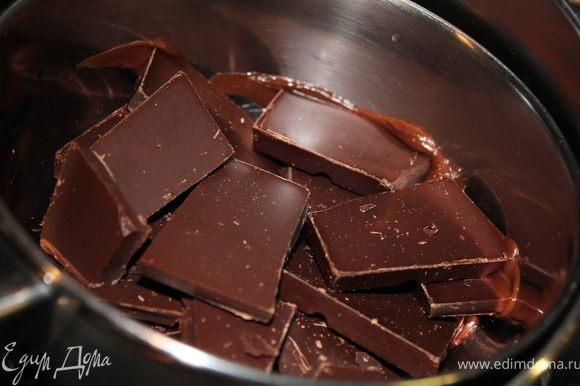 Шоколад растопить на водяной бане. Подмешать к смеси из крошек и ликера.