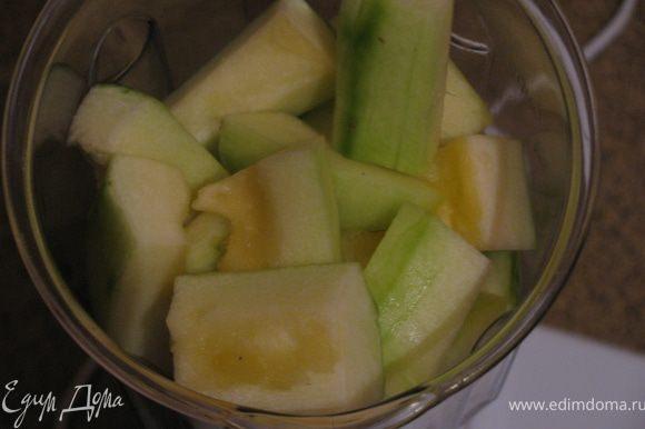 В блендере измельчаем кабачек и яблоко.Добавляем туда же сахар,яйцо,оливковое масло.