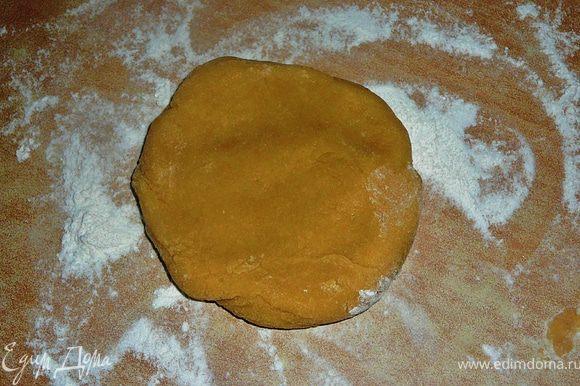 На рабочую поверхность насыпать чуть муки,выложить тесто,вымесить слегка уже руками.