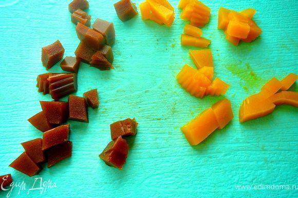 Замершее желе произвольной формы,нарезать кубиками.