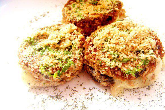 Посыпать сверху баклажаны измельченными орешками и оставить еще на 5 минут в духовке. Баклажанчики готовы! Приятного аппетита!