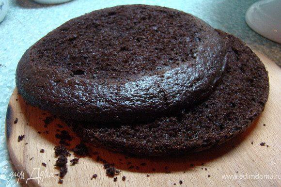 После того, как все коржи готовы и остыли, разрезаем их вдоль на две части. Получается 6 коржей. Каждый корж смазываем кремом. Кладем сверху друг на друга и смазываем бока. (У меня крема хватило не на 6 коржей, а на 5, так что рассчитывайте крем. Хотя, мне сыграло это на руку:)). Немного крема оставьте, а торт поставьте в холодильник на 30 минут. Крем тоже.