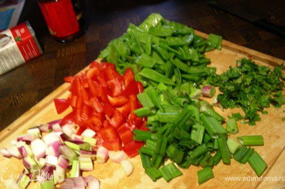 Примерно также нарезаем и овощи. Измельчаем зелень.