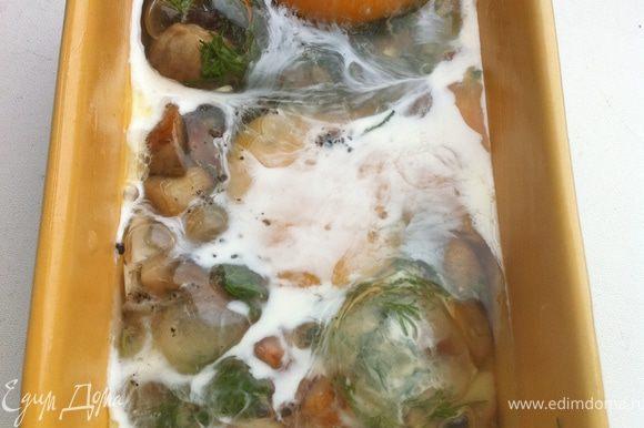 Вбиваем яйца, солим, перчим, снова поливаем оставшимися сливками и отправляем в духовку печься до готовности.