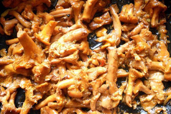 Лисички промыть и обжарить в глубокой сковороде бех масла, на сильном огне, 7-10 минут. После чего слить образовавшуюся жидкость, добавить немного масла и обжарить еще несколько минут. Отложить.
