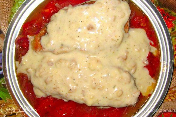 Из остатков бульона, в котором готовилась рыба, приготовим соус. Добавим 100г нежирных сливок и ложку муки, непрерывно мешаем, пока соус не станет густым. Осталось только полить этим соусом нашего окуня и подавать блюдо к столу. Сочетание нежной рыбы под соусом вместе с пикантной овощной основой – это очень вкусно!