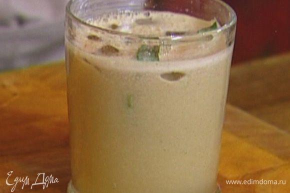 Выложить в бокал кубики льда, тархун и мяту, влить газированную воду и выжатый сок.