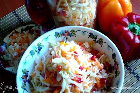Получается литровая банка салата (идёт в холодильник) и салатник. Можно удвоить порцию - хранится хорошо. Делаю его также и зимой и весной...