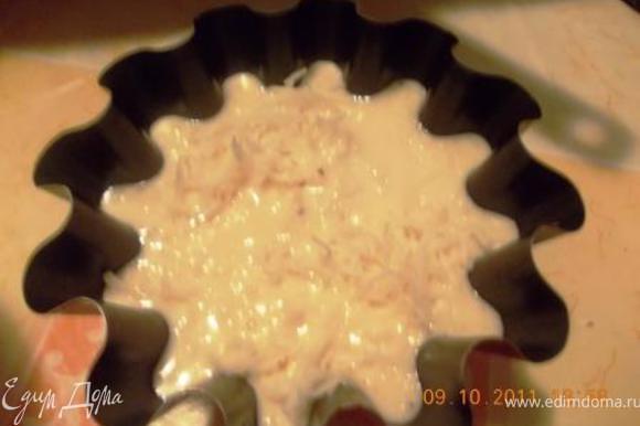 разлить оставшееся тесто. Выпекать в духовке 15 минут при 230гр, а потом ещё 20 минут при 180гр. Приятного аппетита!