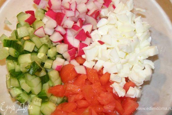 Яйца отварим. Отделим белки от желтков. Помидор очиститим от кожицы, используем без семян. Все ингредиенты нарезать мелким кубиком