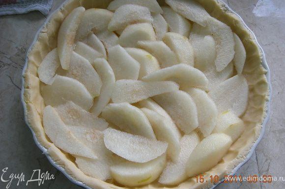 Размять руками тесто по форме, сделать бортик. Тонко нарезать груши и равномерно разложить поверх теста.
