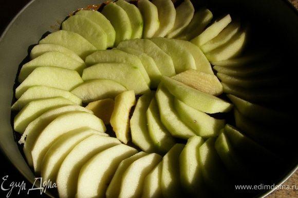 Выложим яблоки в форму на застывший сахар плотным кольцом