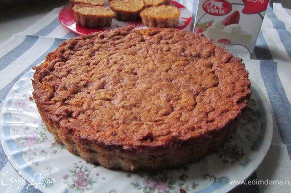 Готовые коржи остудить. Сливки взбить и покрыть верх торта и пирожных.