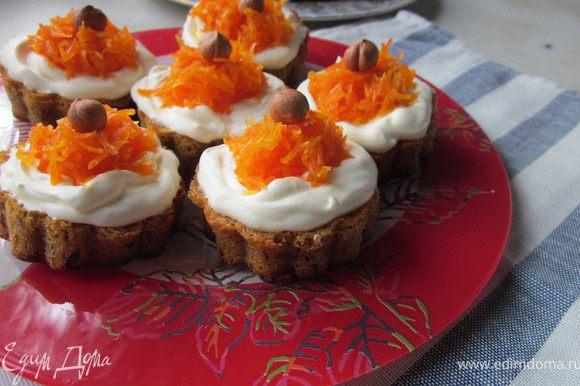 Готовим джем: Морковь натереть на терке, добавить к моркови сахар, цедру и сок лимона. Доводим до кипения и варим джем при небольшом кипении 30 минут. Джем обязательно хорошо охлаждаем, поставив в холодильник. И только охлажденным джемом украшаем наш торт и пирожные.