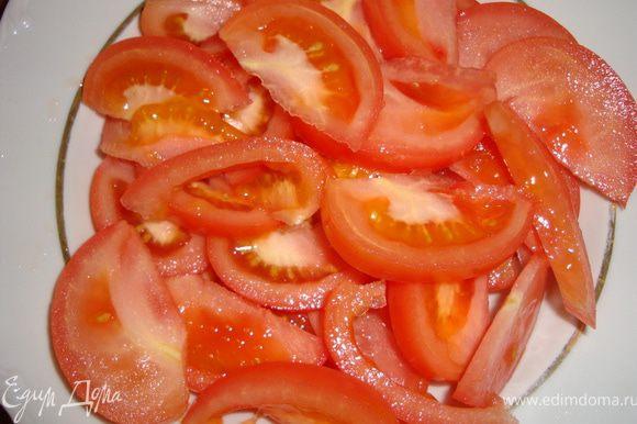 Помидоры вымыть, удалить попки и нарезать дольками (в оригинале - помидорки черри разрезаются пополам).