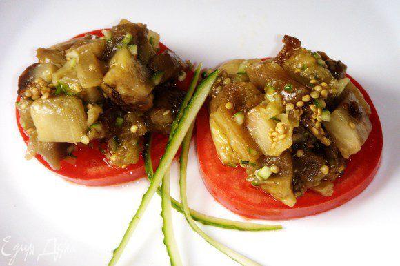 Перед подачей выложить баклажаны на помидоры нарезанные кружочками. Подавать с гуляшем.