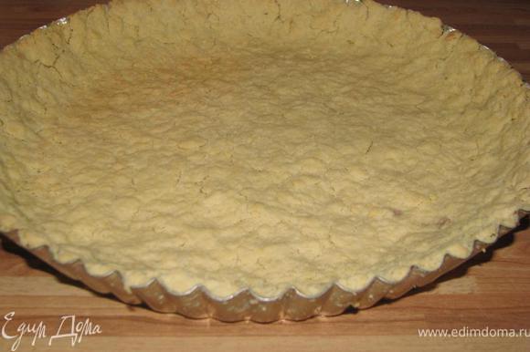 Тем временем порезать сливы на половинки, присыпать их корицей. Взбить 2 яйца с 2-мя ст. л. сахара, постепенно влить сливки, еще раз взбить. На смазанную маслом форму для выпекания выложить тесто, распределить его по форме. Выпекать 10 минут при 190.