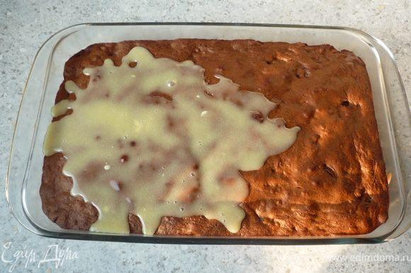 Снять с огня и равномерно распределить по пирогу. Поставить в холодильник на 60-90 минут.