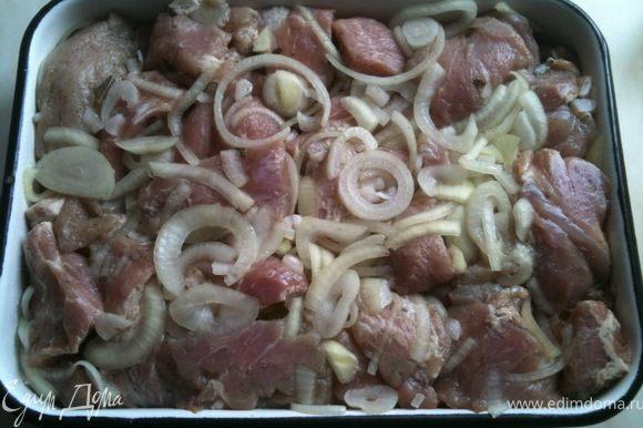 Плотно уложить мясо в посуду, в которой оно будет мариноваться. И поставить в холодильник на ночь (можно больше, до 3 суток).