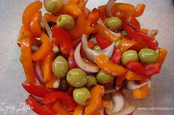 Лук нарезать тонкими колечками (я брала красный крымский лук и поэтому колечками порезать не получилось, я порезала полосками). Чеснок мелко порубить. Оливки или маслины можно положить целиком, если крупные нарезать колечками. Смешать соевый соус, черный перец, бальзамический уксус (можно заменить соком лимона) и 3 ст.л. масла. Залить овощи этим соусом.