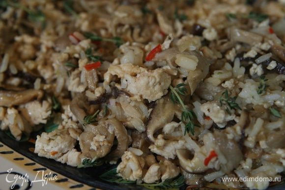 Отжать сок из 1/2 лайма, добавить к рису с грибами, все перемешать и снять с огня.