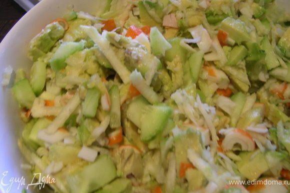 Перемешиваем наши овощи и крабовые палочки. Для заправки смешиваем йогурт, горчицу, лимонный сок и добавляем в салат, туда же немного петрушки.