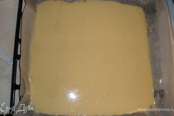 Приготовить тесто. Яйца взбить с сахаром, добавить муку, разрыхлитель.