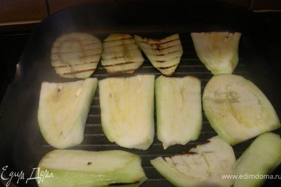 Очищаем баклажаны, нарезаем полосочками и обжариваем на сковороде-гриль. Можно вообще без масла, можно сковороду немного смазать или сами баклажаны. Я их немного смазала маслом из-под вяленых томатов. Готовим их по 4 мин с каждой стороны (я немного дольше).