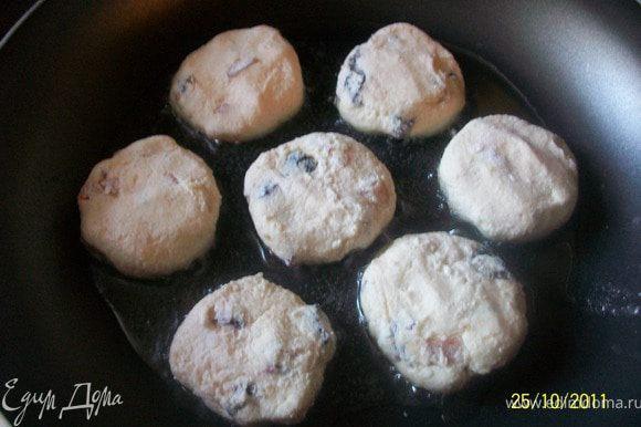 Сформировать сырнички, запанировать в муке, выложить на раскаленную сковороду с растительным маслом. Жарить с обеих сторон на среднем огне.
