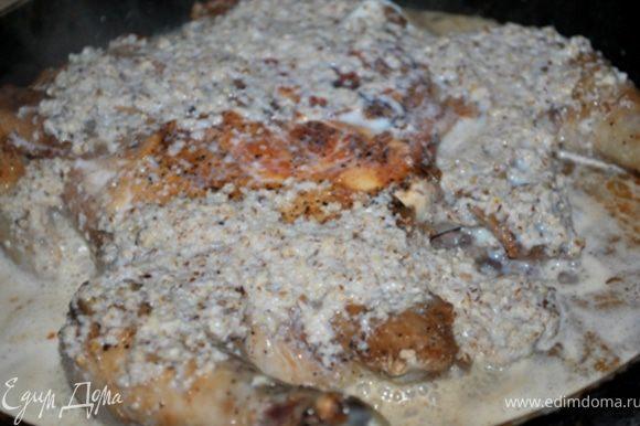 Снять гнет, залить подготовленную орехово-сливочную смесь и тушить на медленном огне, периодически поливая курицу соусом, 10-15 минут. Готовность цыпки проверяем ножичком:)