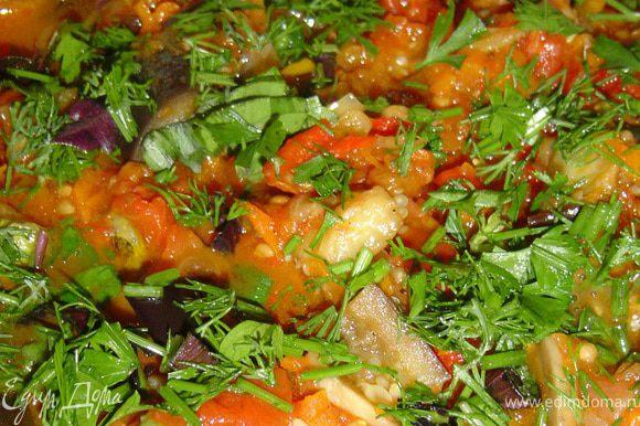 В самом конце добавьте в овощное рагу нарезанную зелень.